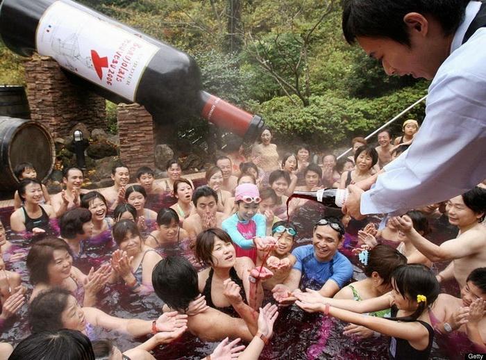 Бассейн с вином в отеле Yunessun Spa Resort