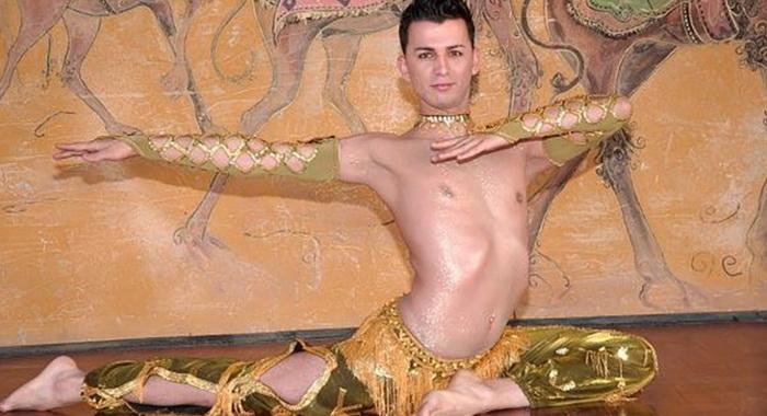 Традиционный восточный танец в мужском исполнении