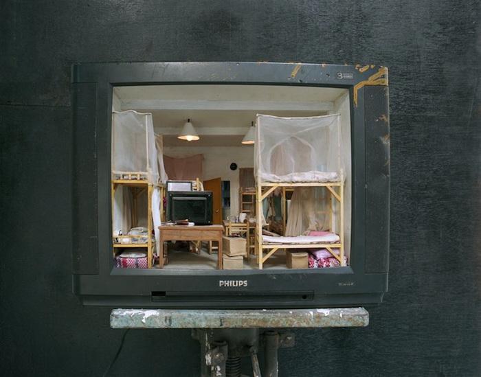Миниатюрные дома внутри старых телевизоров