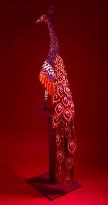 Скульптура павлина из кусочков кожи
