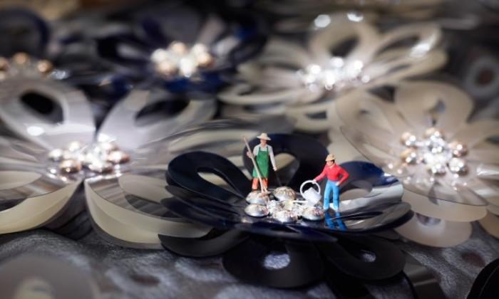 Пластиковые человечки работают в драгоценностях