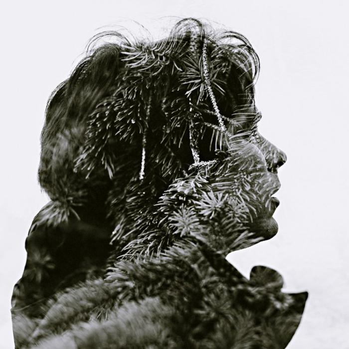 Портрет женщины в зимнем пальто и ёлочные ветви - двойная экспозиция Кристоффера Лерандера