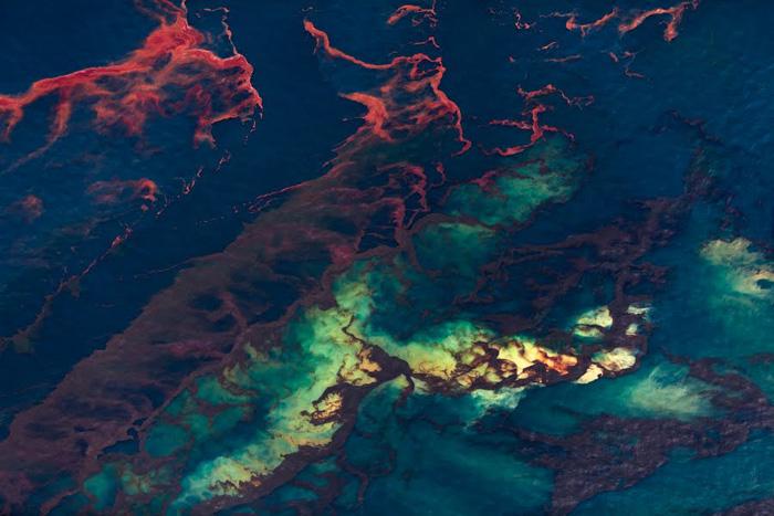 Разноцветные нефтяные пятна из серии фотографий *Spill*