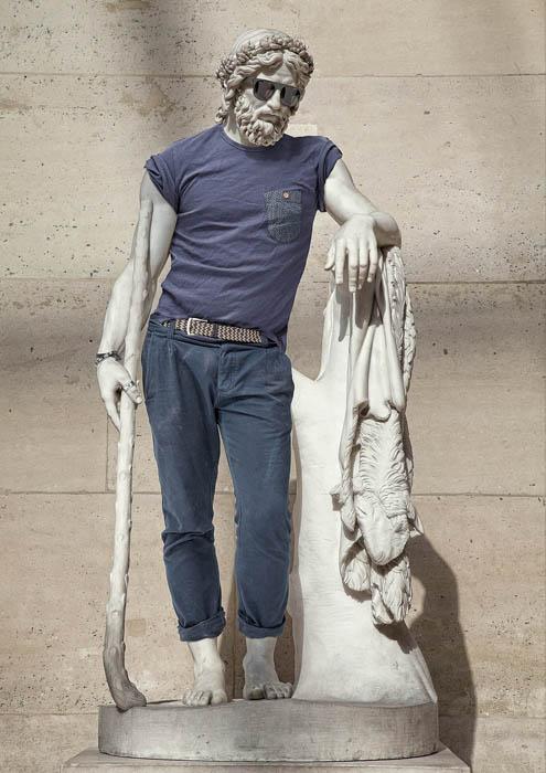 Фото памятника, одетого при помощи современных технологий для проекта Street stone