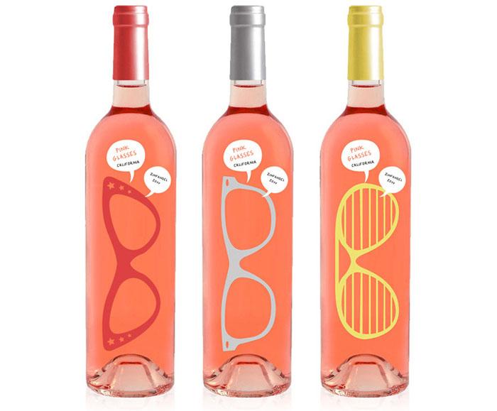 Бутылка розового вина, дающая возможность посмотреть на мир сквозь *розовые очки*