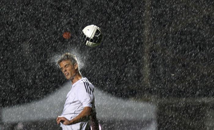 Футболист Markus Henriksen отбивает мяч головой.  Фотограф - Michael Dalder