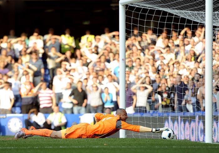 Лучшие футбольные фотографии 2011 года. Вратарь Тоттенхэма Heurelho Gomes. Фотограф - Russell Cheyne