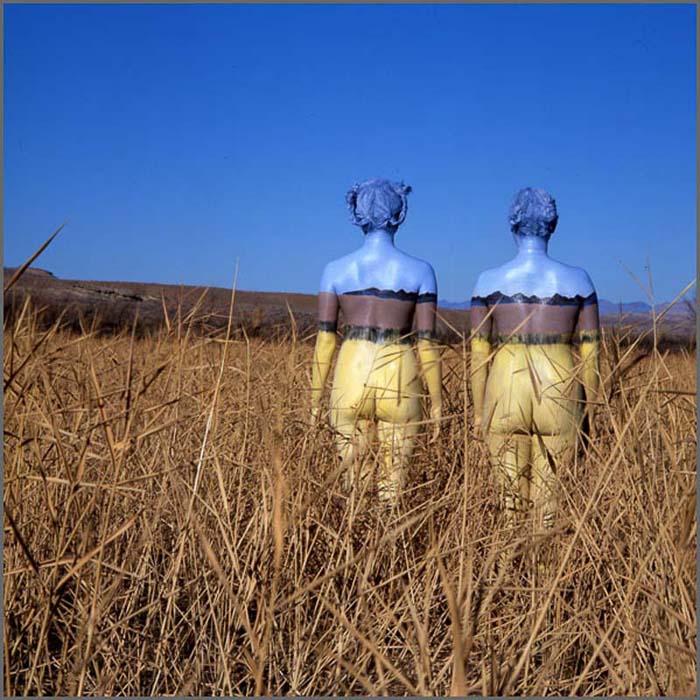 Человеческие тела как часть пустынного пейзажа в проекте *Bodyscapes*