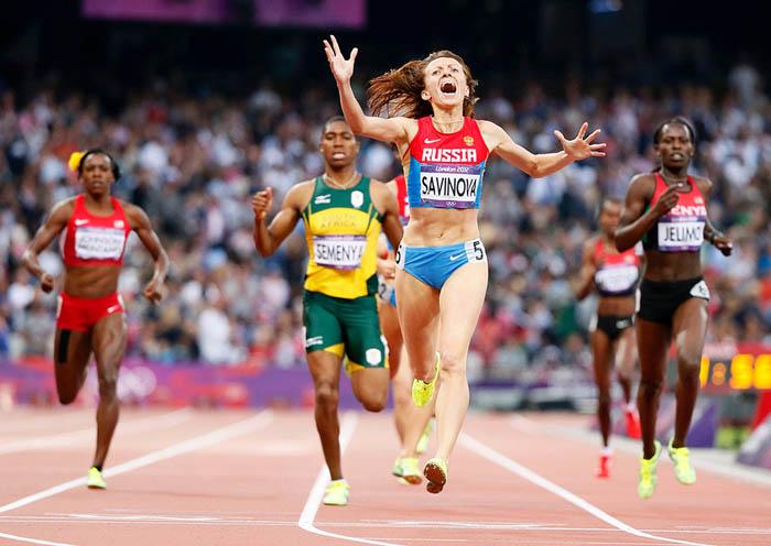 Мария Савинова (Россия) поняла, что побеждает в забеге на 800 метров. Фотограф Lucy Nicholson.
