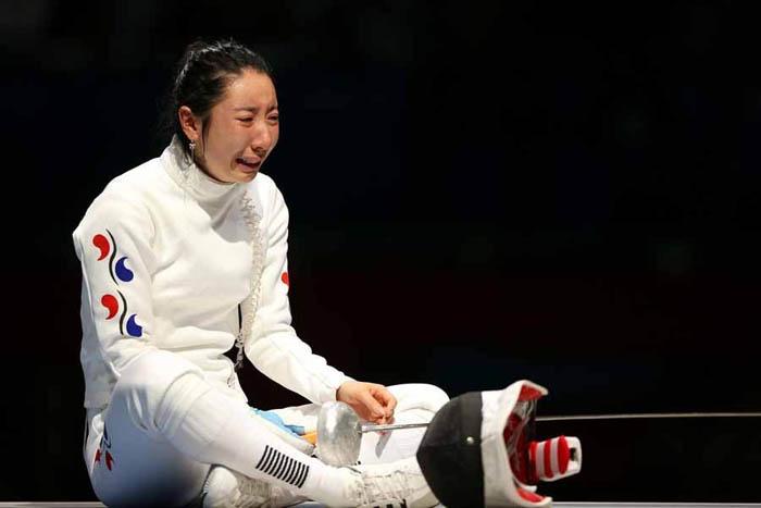 Фехтовальщица из Южной Кореи Шин Лам плачет, потеряв возможность бороться за золото. Фото Hannah Johnston
