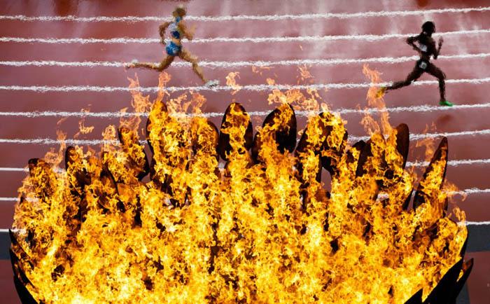 Олимпийский огонь 2012 на фоне беговых дорожек