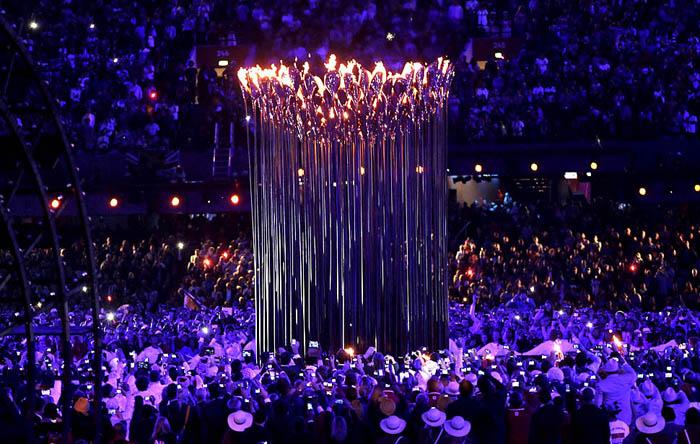 Thomas Heatherwick спроектировал удивительный факел для Олимпийских игр 2012, состоящий из 204 лепестков.
