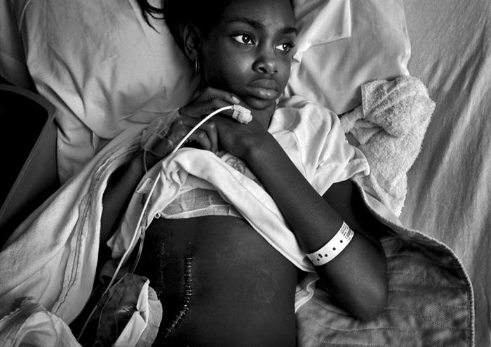 Серия фотографий невинных жертв перестрелки противоборствующих банд. Автор Барбара Дэвидсон (2011)