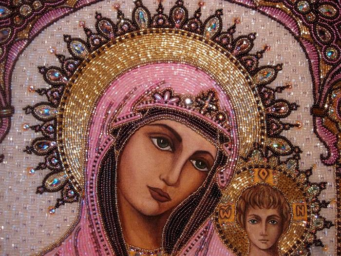 Казанская Икона На одну работу среднего размера мастер использует приблизительно 50 000 бисерин.