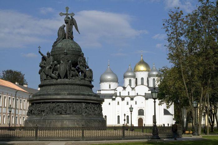Великий Новгород. Памятник «Тысячелетие России» (1862 г.) и Софийский Собор (1045-1050 гг.)