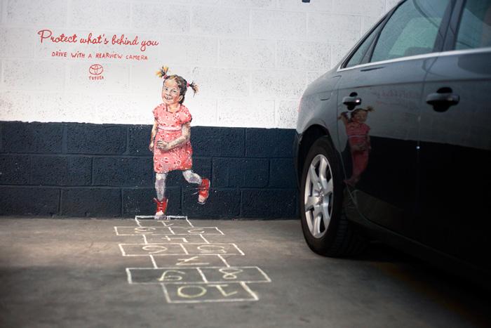 Рекламная компания от Toyota под лозунгом: «Защити то, что позади тебя. Используй камеру заднего вида»