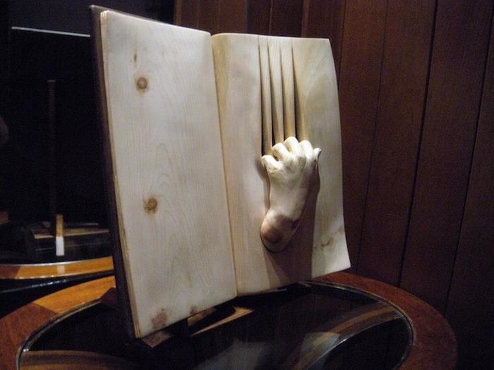 Одна из деревянных скульптур Nino Orlandi