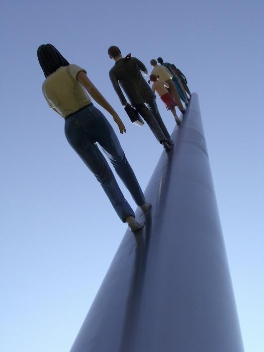 Фрагмент скульптуры Walking to the Sky