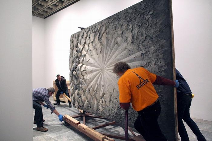 Рабочие готовят работу Jay DeFeo к выставке