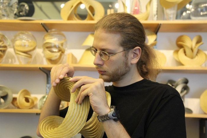 Erik Demaine работает над скульптурой