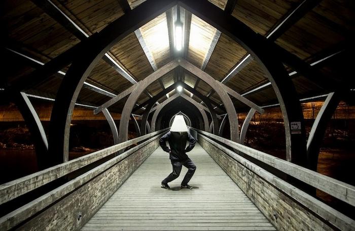 Человек с абажуром исследует Инсбрук