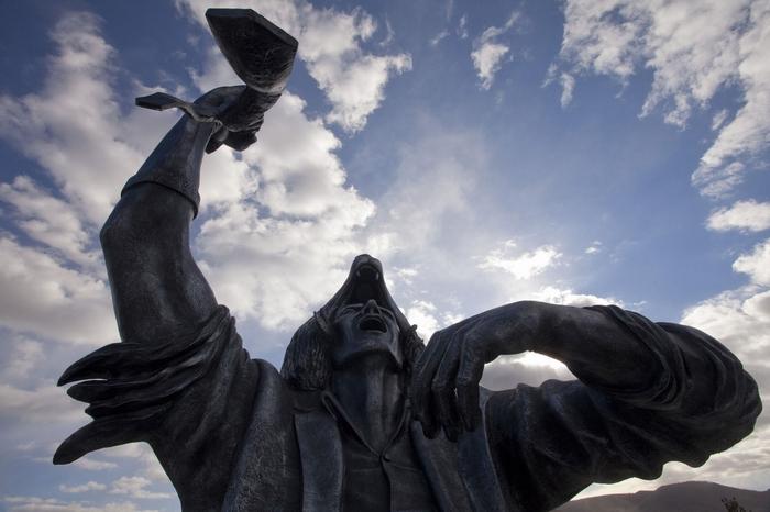 Фрагмент скульптуры Wolf Within