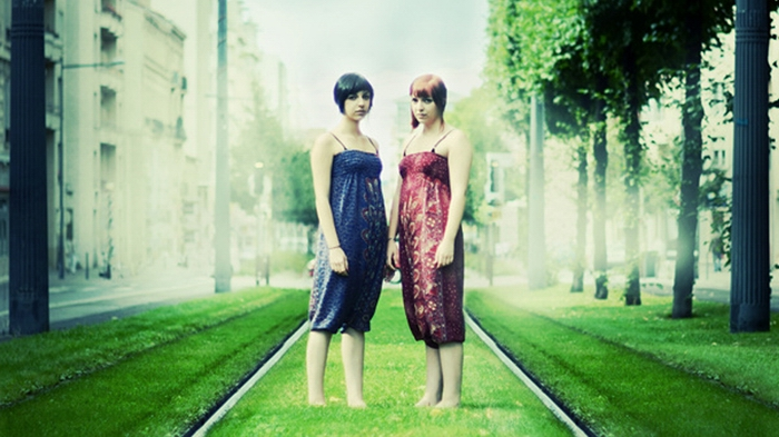 Девушки-близнецы на фото Julie de Waroquier