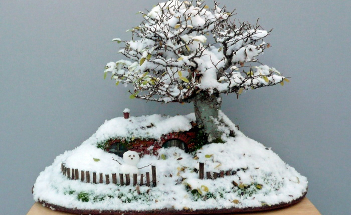 Домик хоббита и снеговик. Работа Криса Гаиза (Chris Guise)