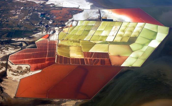 Разноцветные пруды на побережье залива Сан-Франциско