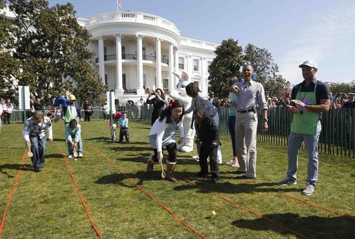 Барак Обама участвует в ритуале катания яиц
