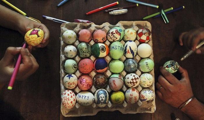 Индийские дети красят яйца