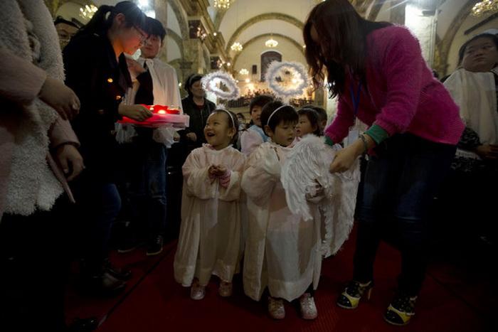 Китайские дети в костюмах ангелочков
