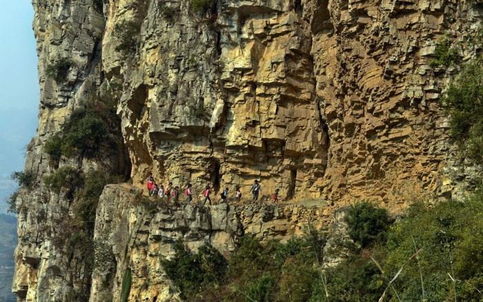 Опасный путь в школу детишек из китайского селения Генгуан