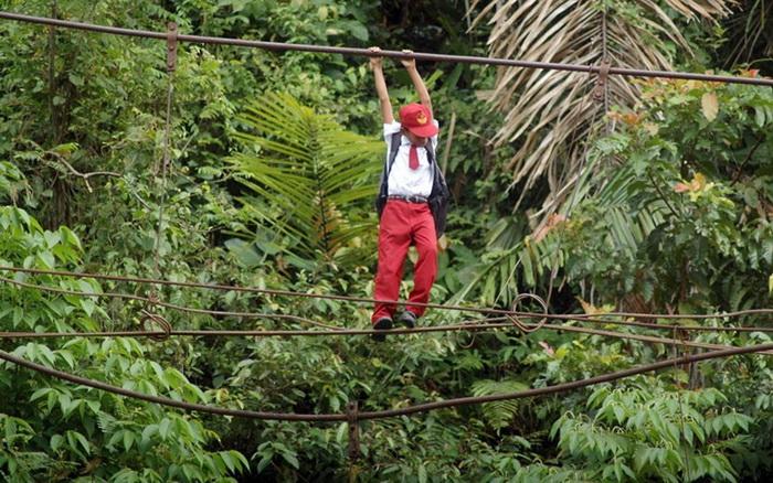Маленький житель индонезийского селения Бату Бусук на пути в школу