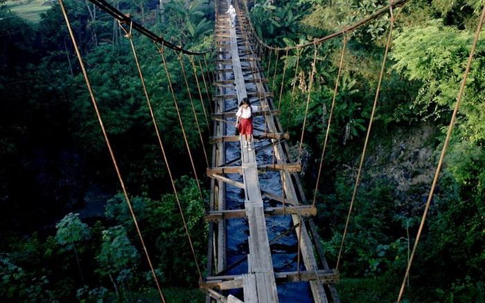 Путь в школу через узенький подвесной мост, Китай