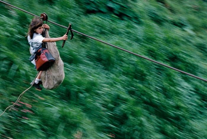 Единственная возможность добраться до школы для некоторых жителей Колумбии - поездка по стальному тросу