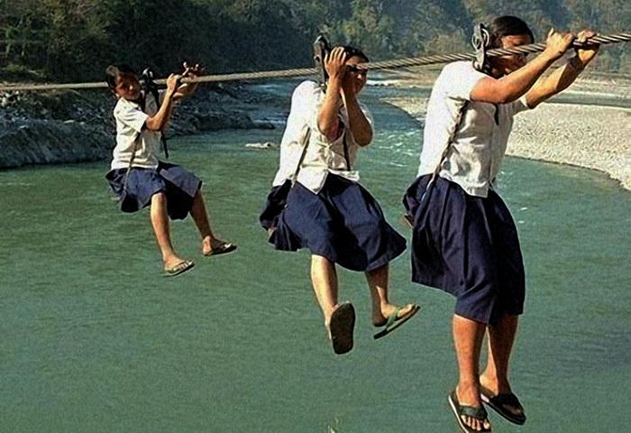 Опасный путь в школу учениц из Китая