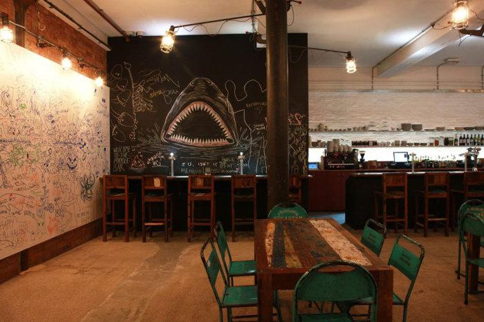 Хозяева  «The Doodle Bar» предлагают гостям рисовать прямо на стенах их заведения.
