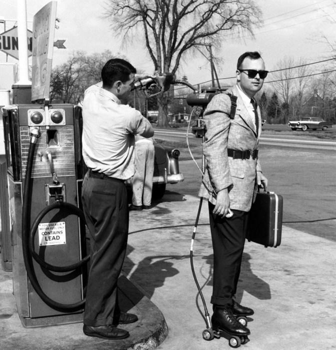 Мужчина в костюме на велосипеде не такая уж и редкость сегодня, но торговцы на роликах с моторчиком - необычное явление.