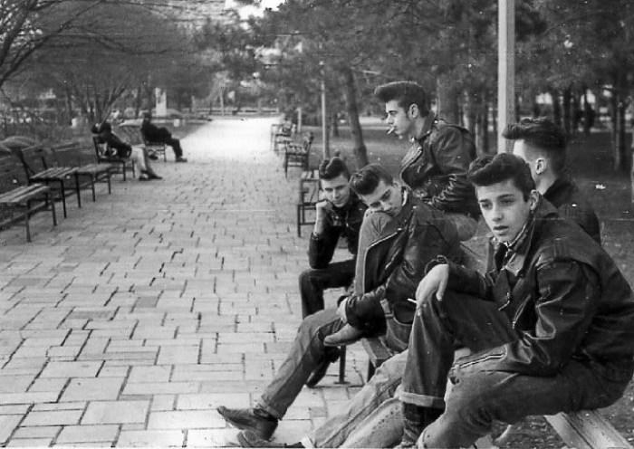 Стильные хулиганы Нью-Йорка в джинсах и кожаных куртках.