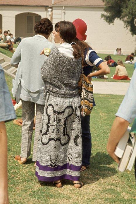 Красивый узор на юбке старшеклассницы-хиппи.