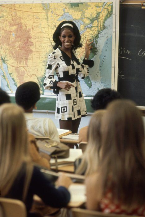 Учитель Сэнди Брокман в смелом платье.