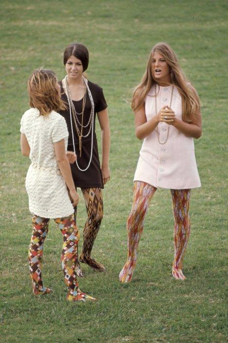 В гардеробе членов хиппи-культуры всегда присутствовала одежда с яркими психоделическими узорами.