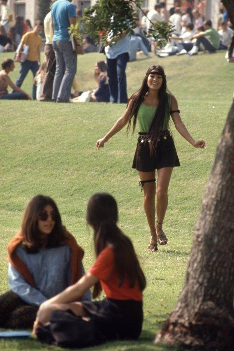 Поддавшись новому течению хиппи, тинэйджеры начали носить очень короткие юбки.