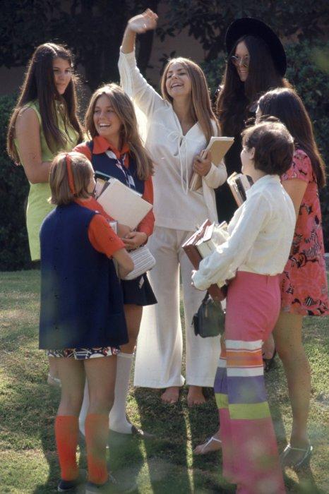 Последователи хиппи-культуры очень любили носить легкую хлопковую одежду светлых тонов.