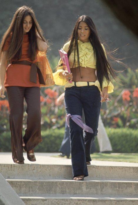 Длинные расклешенные брюки и легкая блуза с воланами на калифорнийской студентке.