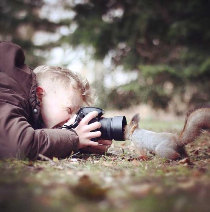 Молодой финский фотограф и его любимое животное - белка.