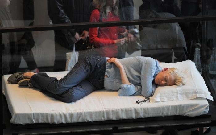 Tilda Swinton спит в стеклянном ящике в Музее Современного Искусства
