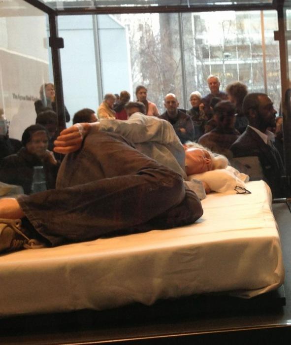 Актриса Тильда Суинтон спит в стеклянном ящике в Музее Современного Искусства