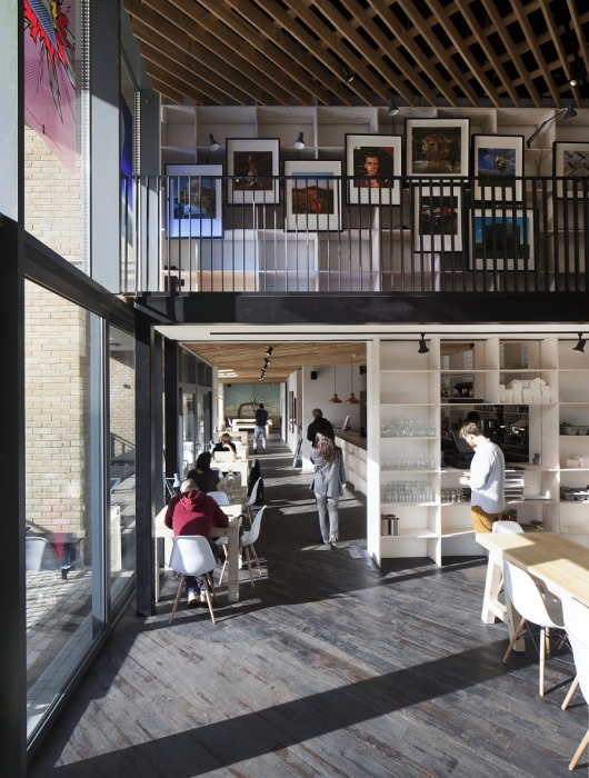 Бар «The Proud Archivist»  – это прекрасное место, чтобы познакомиться поближе с современным британским искусством.